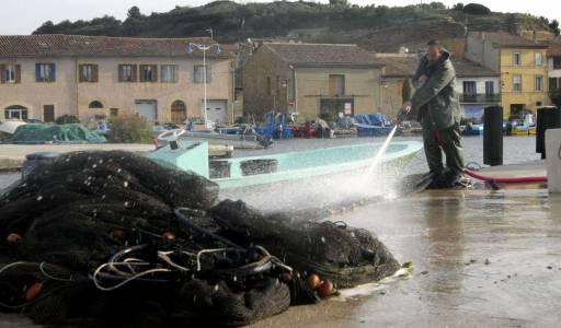 France – Etang de Berre – port de Saint Chamas,  Pêcheurs d'anguilles – avril 2008